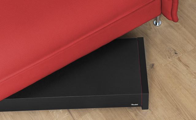 płaski subwoofer mieści się pod sofą