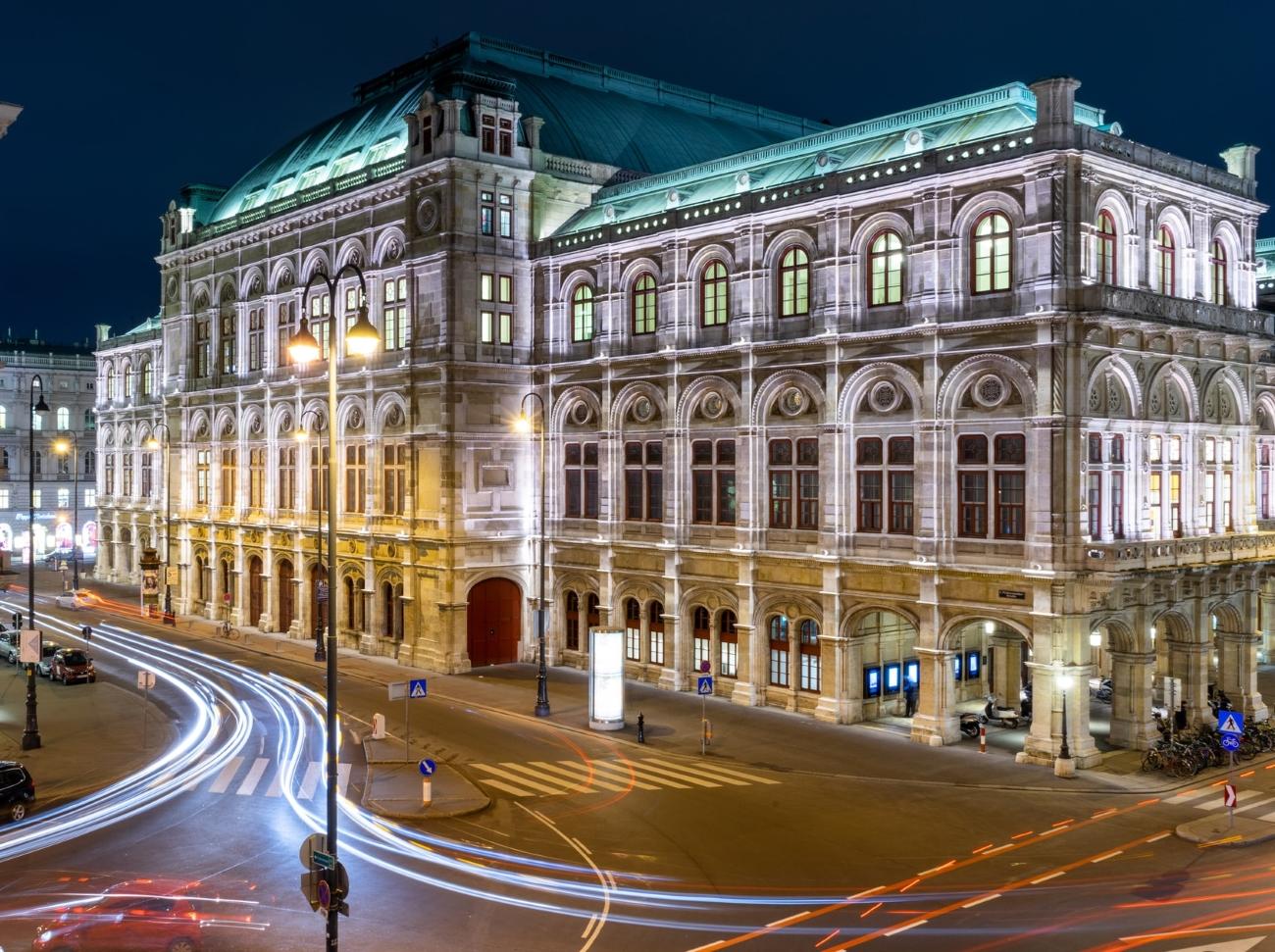 Nächtlicher Straßenverkehr vor der Wiener Staatoper.