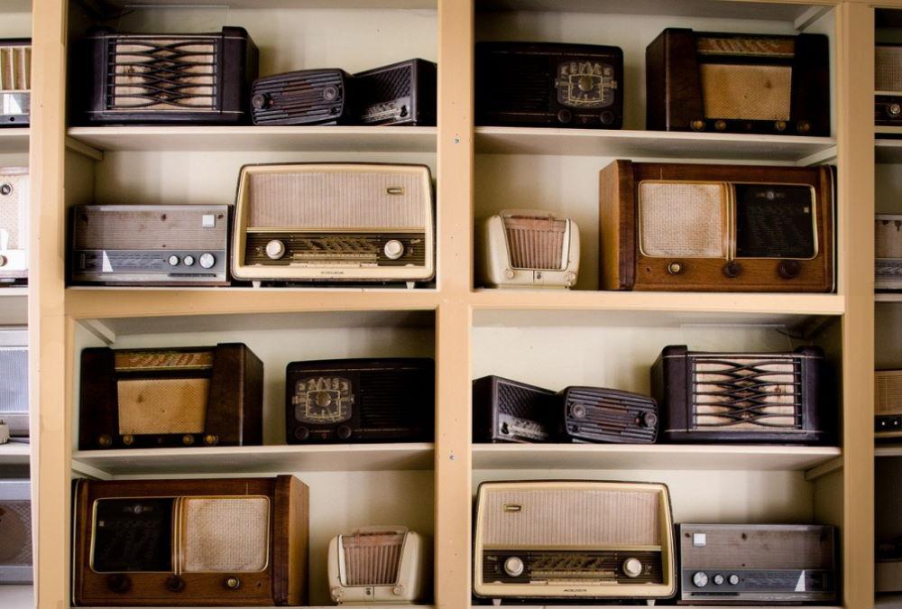 Regal voller Radiogeräte aus den 1950er Jahren